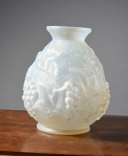 Vase piriforme en verre moulé-pressé opalescent...
