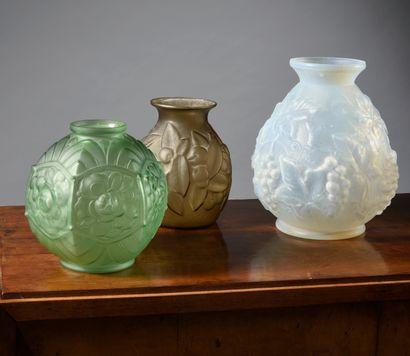 Lot de 4 vases en verre de couleur et opaline...