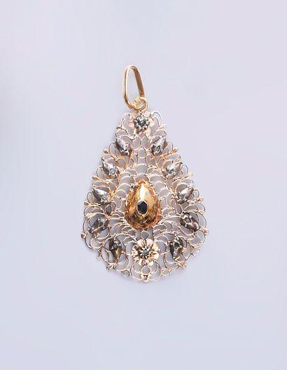 Pendentif de forme poire en or 750e, à décor...