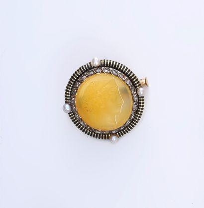Broche ronde en or 750e, ornée d'un profil...
