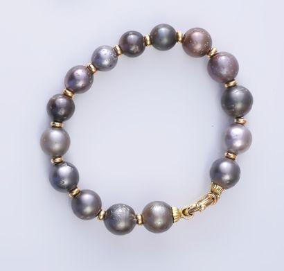 Bracelet en or 750e, constitué d'une suite...