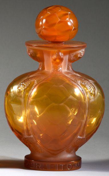 Morabito - «N°7» - (1951). Flacon en cristal teinté «écaille de tortue» pressé moulé...
