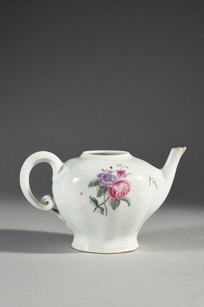 Théière lizonnée en porcelaine de Vincennes du XVIIIe siècle Marque en bleu aux...