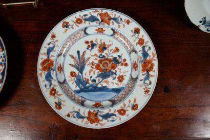 COMPAGNIE DES INDES Lot de 6 assiettes : trois à décor Imari de jardin et rocher...