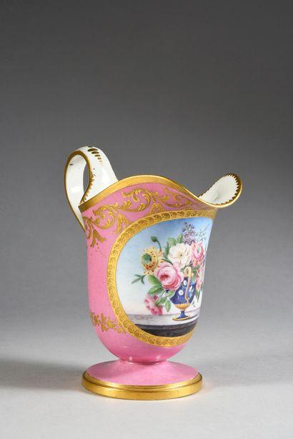 Pot à lait étrusque en porcelaine de Sèvres du XVIIIe siècle, le décor plus tardif...