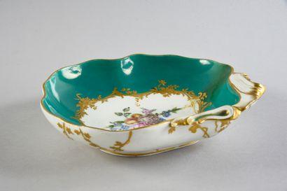 Compotier coquille en porcelaine de Sèvres du XVIIIe siècle Marques en creux A décor...