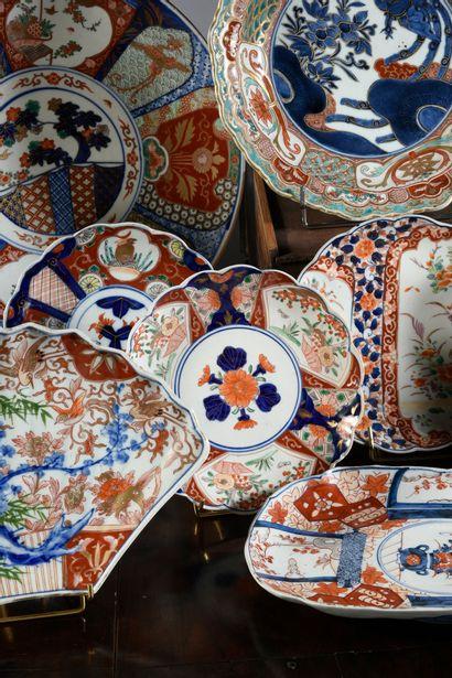 JAPON Lot de porcelaine à décor Imari composé de : Deux grands plats rond, un plat...