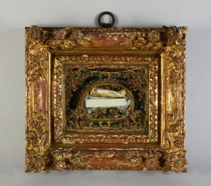 Cadre reliquaire à paperolles, conservant...