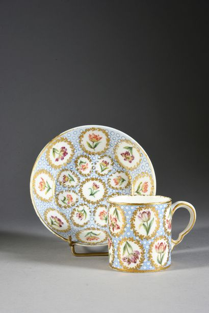 Gobelet litron (3e grandeur) et sa sous-tasse en porcelaine de Sèvres du XVIIIe...