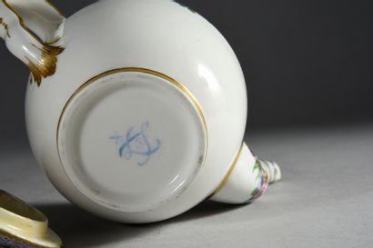 Théière Calabre (Grandeur C) et son couvercle en porcelaine de Sèvres du XVIIIe...