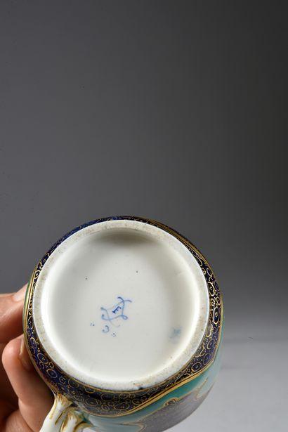 Gobelet Calabre (2e grandeur) et une sous-tasse en porcelaine de Sèvres du XVIIIe...
