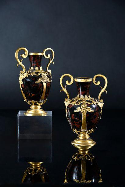 Paire de vases en obsidienne acajou, la monture...
