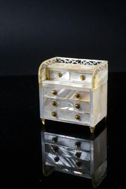 Commode miniature, dans le style de Biedermeier,...