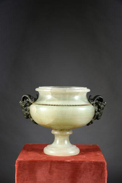 Important vase sur piédouche en onyx d'Algérie...