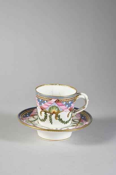 Gobelet enfoncé (2e grandeur) et sa sous-tasse en porcelaine de Sèvres du XVIIIe...