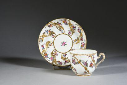 Gobelet Bouillard (1ère grandeur) et sa sous-tasse en porcelaine dure de Sèvres...