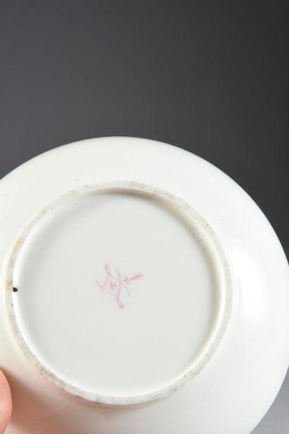 Gobelet Bouillard (1ère grandeur) et une sous-tasse en porcelaine de Sèvres du XVIIIe...