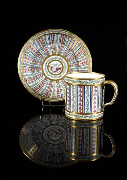 Gobelet litron et sa sous-tasse (2e grandeur) en porcelaine dure de Sèvres de la...