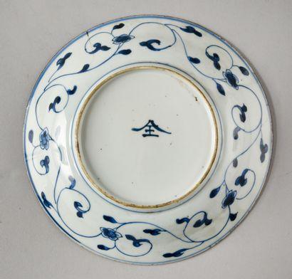 CHINE Petit plat en porcelaine à décor blanc et bleu d'une sauterelle sur un rocher....