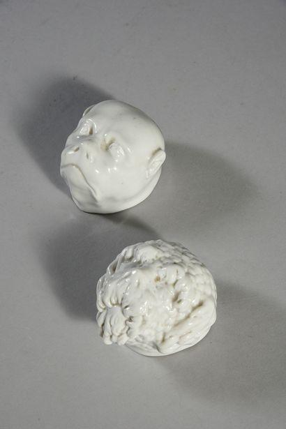 Deux corps de boîtes à priser en forme de têtes de chiens en porcelaine blanche,...