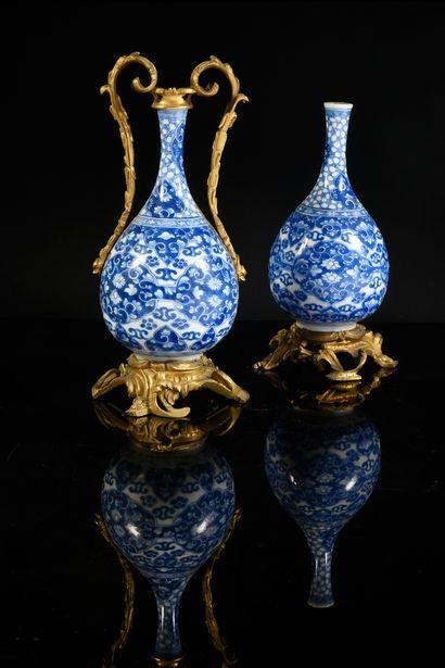Paire de vases bouteille en porcelaine de...