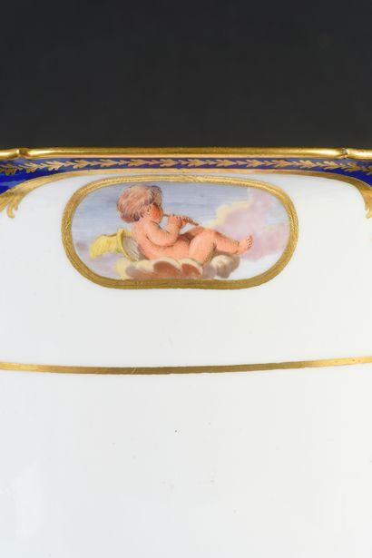 Mortier en porcelaine de Sèvres du XVIIIe siècle Vers 1773, marque en bleu aux deux...