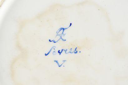 Assiette à fruits en porcelaine de Sèvres de la fin du XVIIIe siècle Vers 1796,...