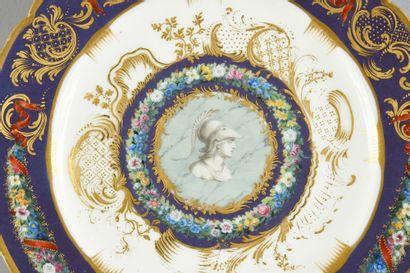 Assiette en porcelaine de Sèvres du début du XIXe siècle, en partie surdécorée Vers...