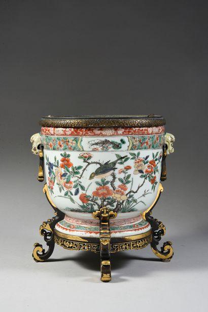Cache pot en porcelaine de chine à décor...