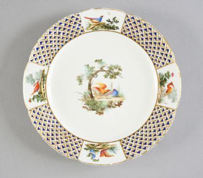 Assiette en porcelaine de Sèvres du XVIIIe siècle Marques en bleu aux deux L entrelacés,...