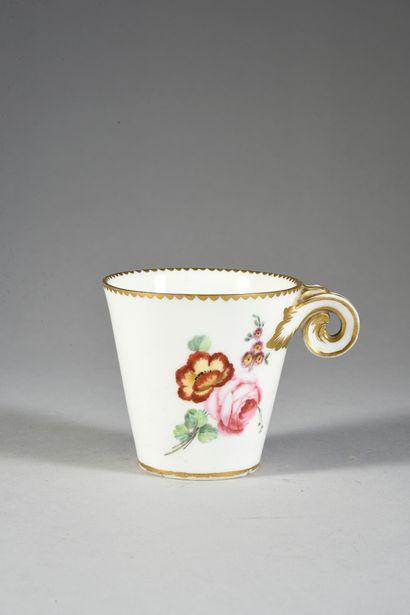 Gobelet à la Reine en porcelaine de Sèvres du XVIIIe siècle Marque en bleu aux deux...