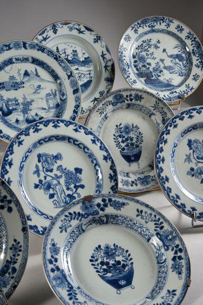 COMPAGNIE DES INDES Ensemble de 12 assiettes en porcelaine à décor de paysages animé,...