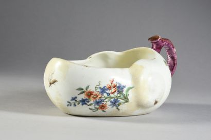 Pot de chambre ovale à limaçon ou bourdaloue en porcelaine de Vincennes du XVIIIe...