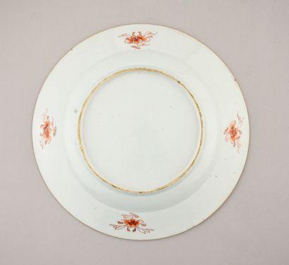 Plat en porcelaine de Chine. Qianlong, vers 1738-40 A décor Imari, le centre des...