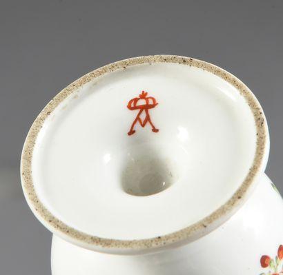 Six tasses à glace en porcelaine française du XVIIIe siècle Diverses marques en...