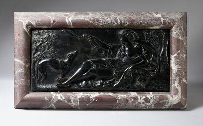 Plaque en bronze ciselé à patine brune représentant...