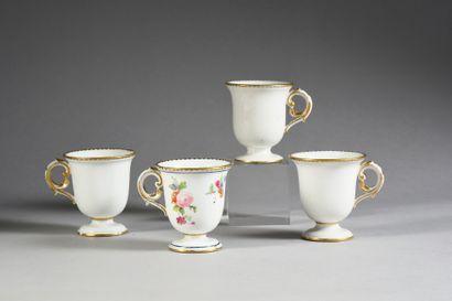 Quatre tasses à glace en porcelaine dure de Sèvres du XVIIIe siècle Marques en bleu...
