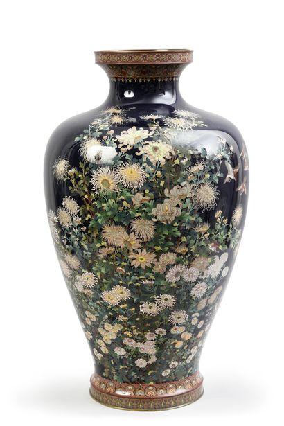 Rare paire de grands vases balustres en cuivre...