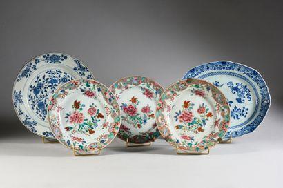 COMPAGNIE DES INDES Lot composé de trois assiettes en décor de fleurs en émaux de...