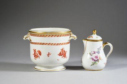 Pot à lait en porcelaine de Sèvres du XVIIIe siècle, et un couvercle Marque en brun...