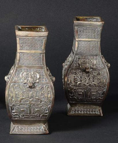 Une paire de vases en galvanoplastie argentées,...