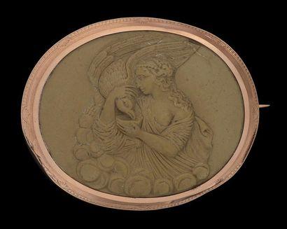 Une broche de forme ovale, en or rose, ornée...