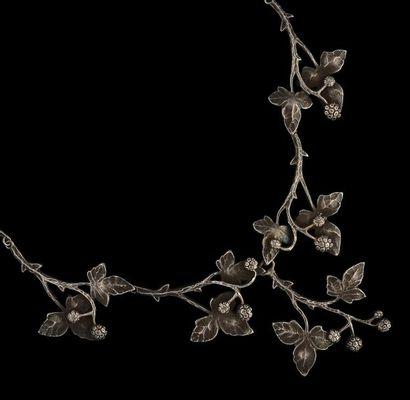 Un collier «draperie» en argent, composé...