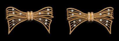Une paire de broche en or jaune, composées...