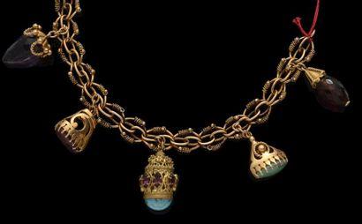 Un bracelet souple en or rose agrémenté de...