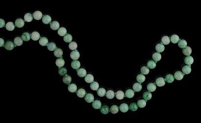 Un collier de perles de jadéite (non teintée),...