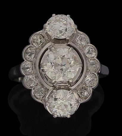 Bague en platine, ornée de trois diamants...