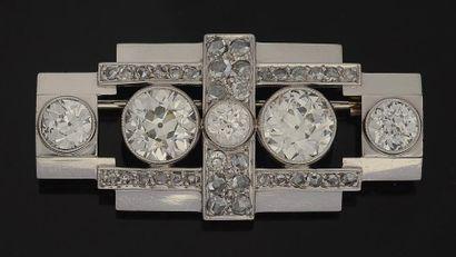Broche en platine et or gris quadrangulaire ajourée, ornée de deux diamants pesant...