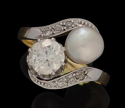 Bague toi et moi en or jaune et platine, sertie d'un diamant pesant environ 1,40...