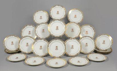 PARIS Suite de 25 assiettes à dessert en porcelaine de forme chantourné à décor de...